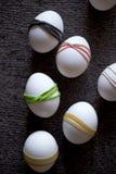 Dekorativa färgrika garneringar på påskägg Arkivfoto