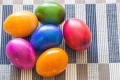 Dekorativa färgrika målade ägg Arkivfoto