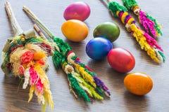Dekorativa färgrika målade ägg på träbakgrund Fotografering för Bildbyråer