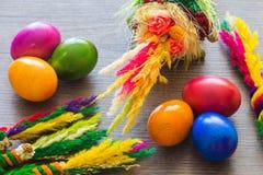 Dekorativa färgrika målade ägg på träbakgrund Arkivbild
