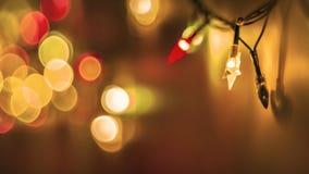 Dekorativa färgrika suddiga ljus på guld- bakgrund Abstrakta mjuka ljus för jul Färgrika ljusa cirklar av en brusande royaltyfri bild