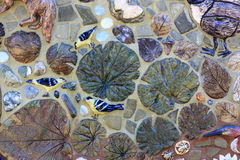 Dekorativa fåglar och sidor för mosaisk tegelplatta Arkivbilder