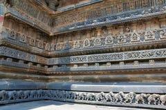 Dekorativa friars med gudar, dansare och andra diagram, Chennakeshava tempel Belur Karnataka arkivbild