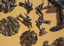Dekorativa gåvor som göras av till salu metall på den gamla gatan i Besalu, Spanien Arkivbild
