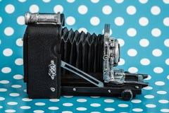 Dekorativa gamla antika kameror på blå bakgrund Royaltyfri Fotografi