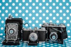 Dekorativa gamla antika kameror på blå bakgrund Royaltyfria Foton
