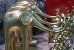 Dekorativa guld- statyetter av elefanter i presentaffären royaltyfri foto