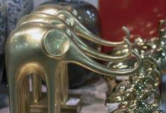 Dekorativa guld- statyetter av elefanter i presentaffären arkivbilder