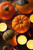 Dekorativa halloween pumpor och stearinljus Royaltyfri Fotografi