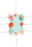 Dekorativa handgjorda blommor som är ordnade runt om tomt kort Royaltyfri Foto