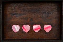 Dekorativa hjärtor på tappningbakgrunden Royaltyfri Foto