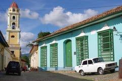 Dekorativa järnarbetsfönster av koloniala hus Arkivbild