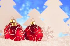 Dekorativa julstruntsaker på snö Royaltyfria Foton