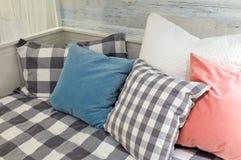 Dekorativa kastkuddar på en vit bekväm soffa arkivfoton