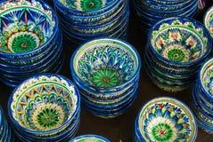 Dekorativa keramiska koppar med traditionell blått och gräsplan nära Eas Arkivbild