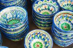 Dekorativa keramiska koppar med traditionell blått och gräsplan nära Eas Royaltyfria Foton