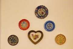Dekorativa keramiska plattor på den beigea väggen Royaltyfria Bilder