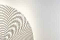 Dekorativa koncentriska cirklar med någon backlighting på en vit vägg Arkivfoto