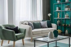 Dekorativa kuddar på soffan Royaltyfria Bilder