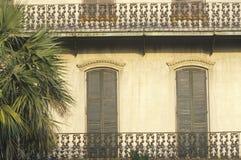 Dekorativa lägenhetfönster och balkong, Savannah, GUMMIN Royaltyfri Bild