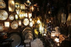 Dekorativa lampor i den storslagna basaren Istanbul royaltyfria foton