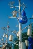 Dekorativa lampor på träden på sjösidan Arkivfoton