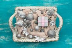 Dekorativa leksaker för julsammansättningsjul i korgen Arkivfoto