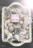 Dekorativa leksaker för julsammansättningsjul i korgen Arkivbilder