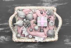 Dekorativa leksaker för julsammansättningsjul i korgen Fotografering för Bildbyråer