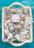 Dekorativa leksaker för julsammansättningsjul i korgen Royaltyfria Foton