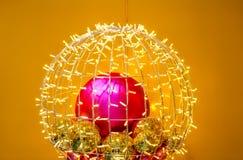 Dekorativa ljus och prydnader på guling Arkivbilder