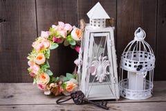 Dekorativa lyktor för krans för blomma nyckel- och dekorativa, med candl Royaltyfri Bild