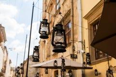 Dekorativa lyktor på gatan Arkivfoto