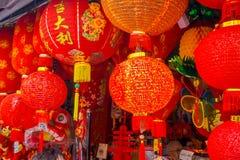 Dekorativa lyktor spridda runt om kineskvarteret, Singapore Nytt år för Kina ` s År av hunden Foto som tas i den Kina staden arkivfoto