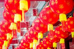 Dekorativa lyktor spridda runt om kineskvarteret, Singapore Nytt år för Kina ` s År av hunden Foto som tas i den Kina staden royaltyfria bilder