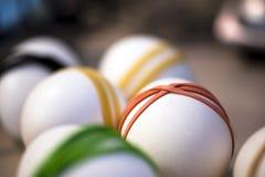 Dekorativa mång--färgade gummiband på påskägg Arkivbild