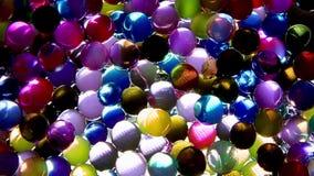 Dekorativa mångfärgade bollar skiner under handlingen av ljus 1080p HD lager videofilmer
