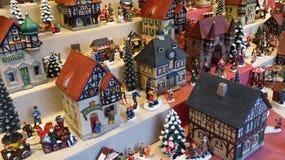 Dekorativa miniatyrhus på julmarknaden Royaltyfria Bilder