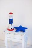 Dekorativa objekt för hav på trägrotesk byrå Arkivfoton