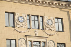 Dekorativa objekt som göras av murbruk på väggen av en gammal byggnad Arkivbilder