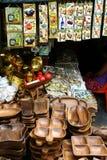 Dekorativa och dekorativa keramiska tegelplattor och wood magasin och plattor sålde på ett lager i det Dapitan gallerit i Manila, Arkivfoto
