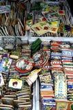 Dekorativa och dekorativa keramiska tegelplattor sålde på ett lager i det Dapitan gallerit i Manila, Filippinerna Royaltyfria Bilder