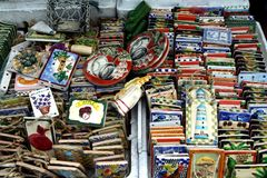 Dekorativa och dekorativa keramiska tegelplattor sålde på ett lager i det Dapitan gallerit i Manila, Filippinerna Royaltyfri Fotografi