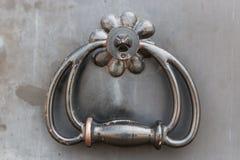 Dekorativa och strukturella beståndsdelar av fästande och dekorativt av dörrar royaltyfria bilder