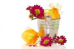 Dekorativa easter ägg i en ösregna av blommor Arkivbilder