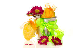Dekorativa easter ägg i en ösregna av blommor Arkivbild