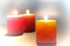 Dekorativa pelarstearinljus som bränner för avkoppling Fotografering för Bildbyråer