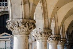 Dekorativa pilaster av kolonner i Italien Arkivfoto