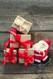 Dekorativa Santa Claus bärande gåvor på de gamla träbrädena Jul och för feriebegrepp för nytt år bakgrund Tappninggree Arkivfoto