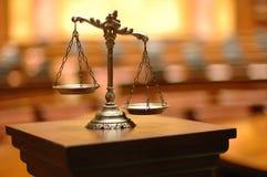 Dekorativa Scales av rättvisa i rättssalen Arkivfoto